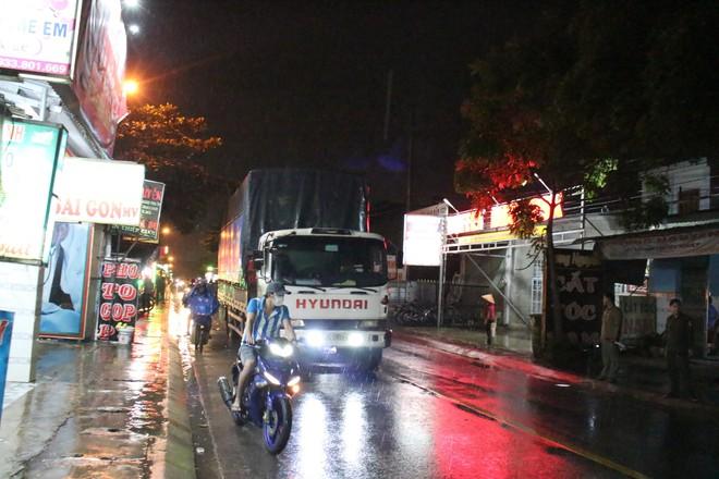 Tàn cuộc nhậu, 3 người đàn ông đi trên xe máy rồi ngã ra đường, bị xe tải cán thương vong - Ảnh 2.