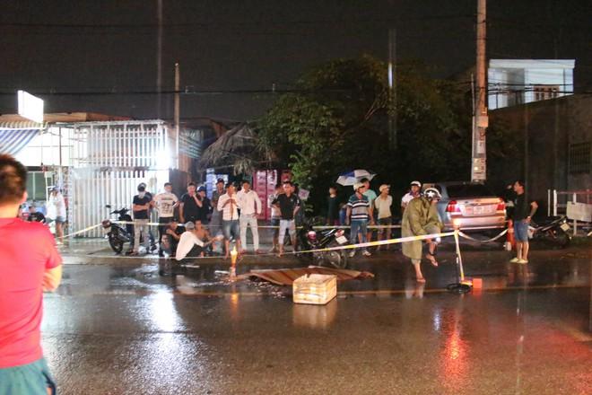 Tàn cuộc nhậu, 3 người đàn ông đi trên xe máy rồi ngã ra đường, bị xe tải cán thương vong - Ảnh 1.