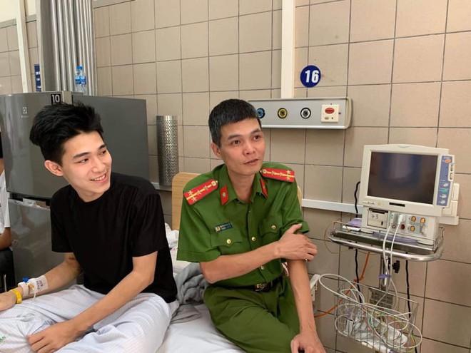 2 bố con nam sinh Hà Nội mang quà cảm ơn lớn nhất tặng chiến sỹ PCCC đã cứu mạng mình - ảnh 4