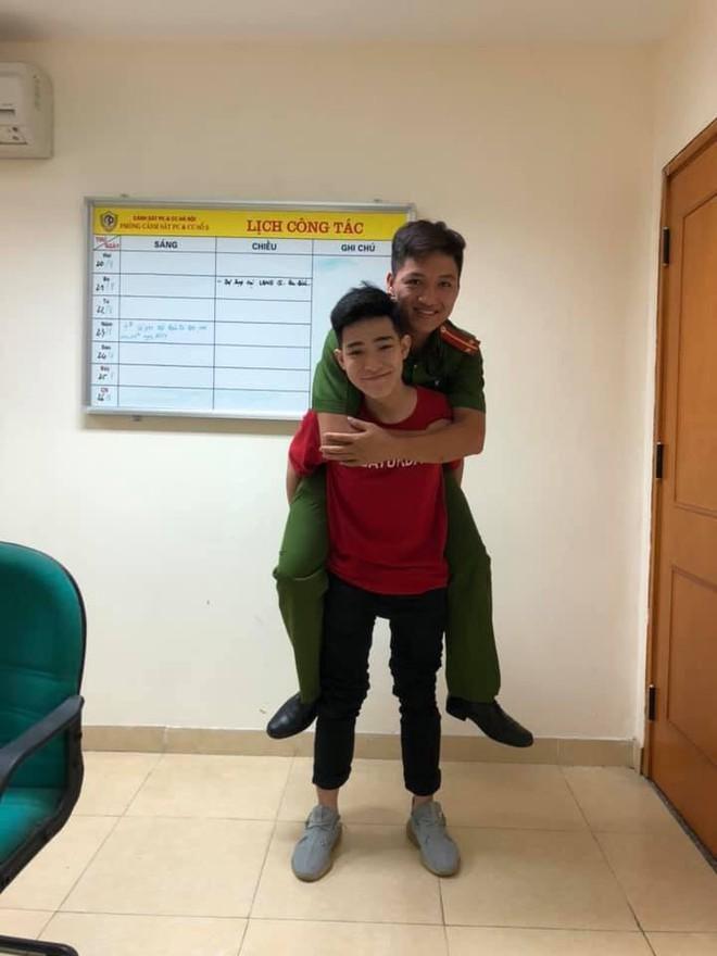 2 bố con nam sinh Hà Nội mang quà cảm ơn lớn nhất tặng chiến sỹ PCCC đã cứu mạng mình - ảnh 1