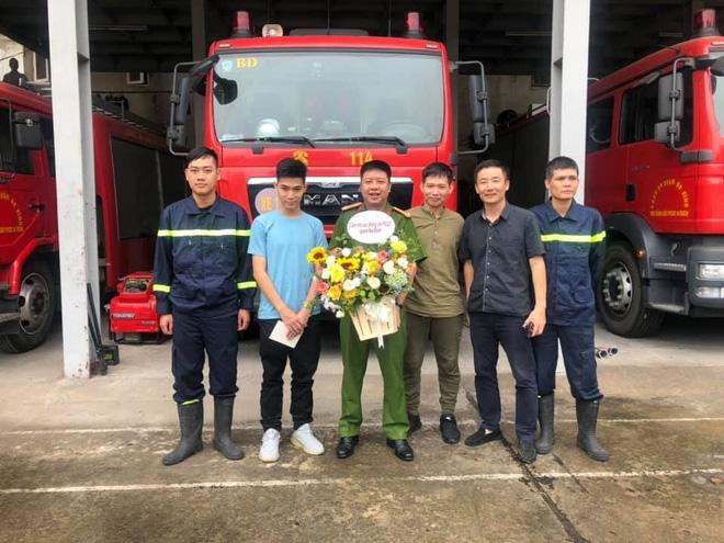 2 bố con nam sinh Hà Nội mang quà cảm ơn lớn nhất tặng chiến sỹ PCCC đã cứu mạng mình - ảnh 3