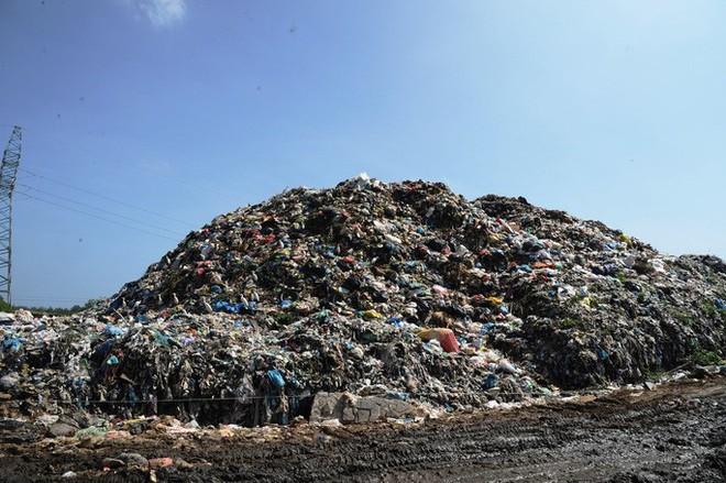 Ứ đọng hơn 270.000 tấn rác, Hội An muốn thu phí môi trường du khách - Ảnh 1.