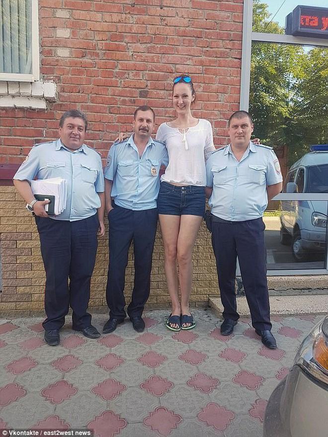 Choáng với người phụ nữ Nga sở hữu đôi chân dài nhất thế giới - Ảnh 12.