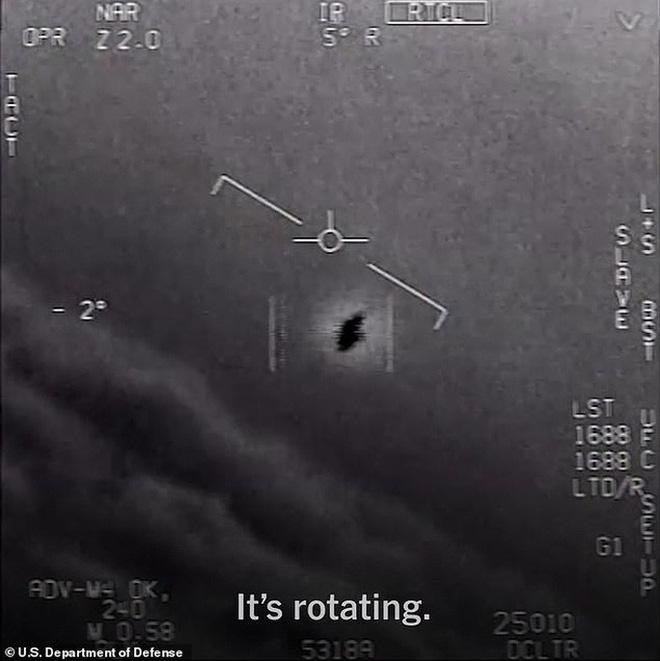 Cựu phi công Hải quân Mỹ tiết lộ về UFO trồi lên từ dưới biển  - Ảnh 3.
