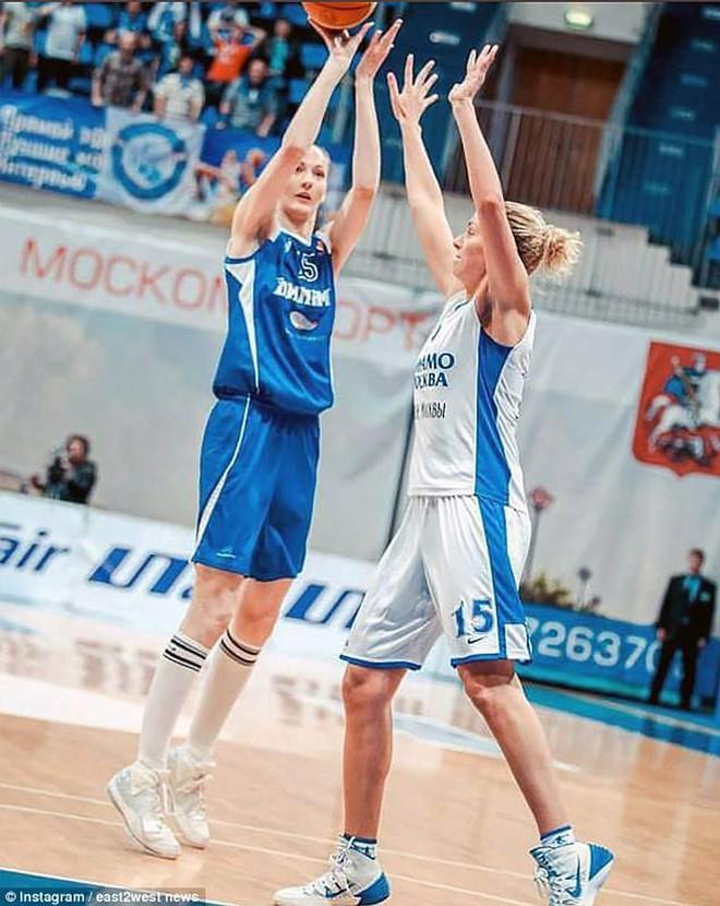 Choáng với người phụ nữ Nga sở hữu đôi chân dài nhất thế giới - Ảnh 7.
