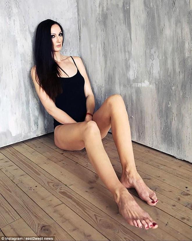 Choáng với người phụ nữ Nga sở hữu đôi chân dài nhất thế giới - Ảnh 9.