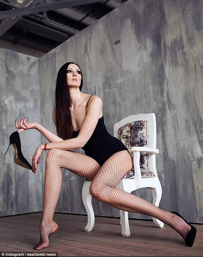 Choáng với người phụ nữ Nga sở hữu đôi chân dài nhất thế giới - Ảnh 11.