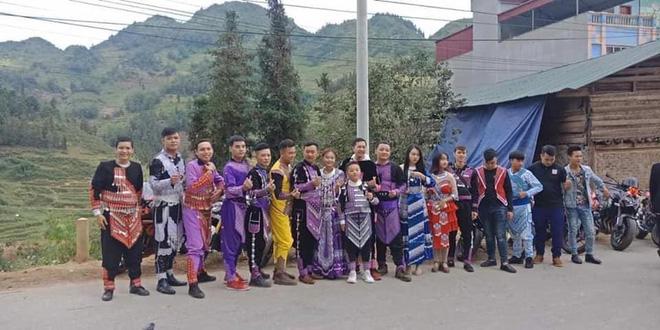 Xuất hiện đoàn rước dâu mặc trang phục dân tộc thiểu số, cưỡi mô tô phân khối lớn ở Lào Cai - Ảnh 4.