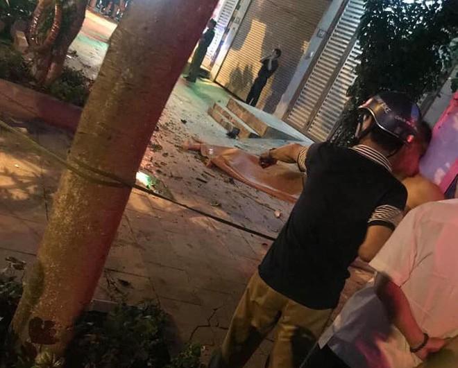 9X lái xe bán tải đâm thẳng vào 2 thanh niên xăm trổ dừng đèn đỏ nhằm để giải vây giúp bạn - Ảnh 1.