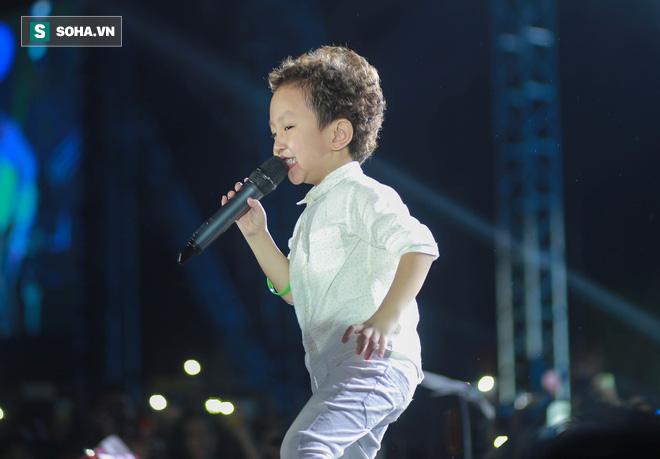 Tuấn Hưng trốn viện, đưa con trai lên sân khấu hát khiến Khắc Việt bật khóc, hé lộ điều không ai biết - Ảnh 7.