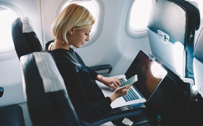 Vì sao máy bay luôn 'ghét' khách dùng điện thoại, laptop nhưng vẫn cấp Wi-Fi thoải mái?