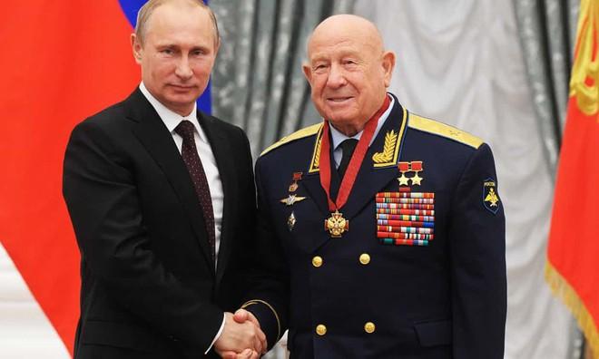 Thế giới tiễn biệt Anh hùng Liên Xô Alexei Leonov: Người đầu tiên trong lịch sử đi bộ ngoài không gian - ảnh 1