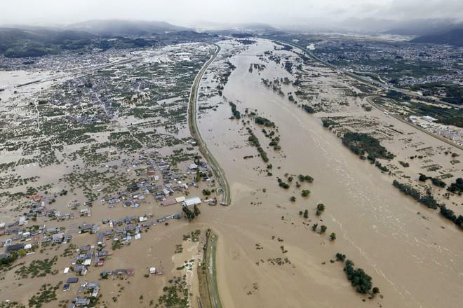 Hàng chục nghìn binh sĩ, trực thăng Nhật Bản đương đầu với hậu quả thảm khốc của bão quái vật Hagibis - Ảnh 9.