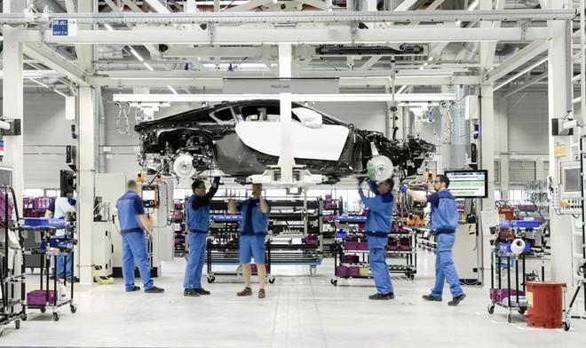 Bên trong nhà máy sản xuất xe hơi của BMW - Ảnh 1.