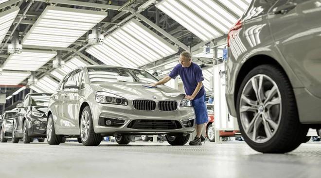 Bên trong nhà máy sản xuất xe hơi của BMW - Ảnh 2.