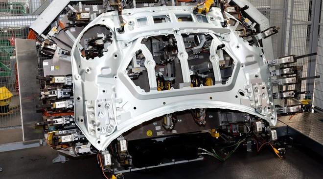 Bên trong nhà máy sản xuất xe hơi của BMW - Ảnh 12.