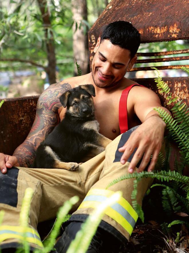 Không cần cởi truồng rồi hô hào bảo vệ môi trường, lính cứu hỏa Úc khoe thân 6 múi nóng bỏng gây quỹ từ thiện được khen ngợi hết lời - Ảnh 11.