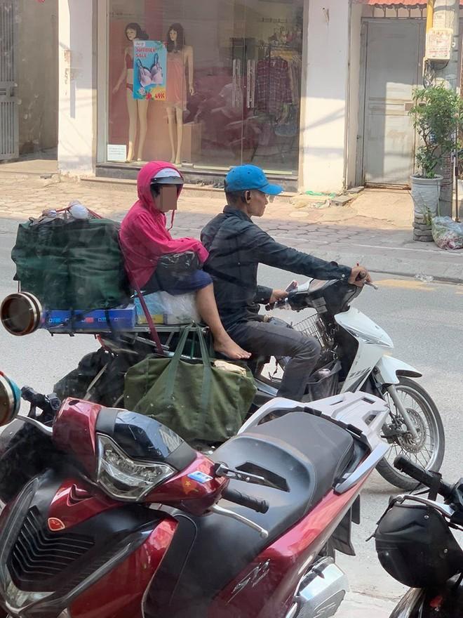 Khoảnh khắc người bố shipper và con gái nhỏ trên phố khiến người ta vội lấy điện thoại ghi lại - ảnh 4