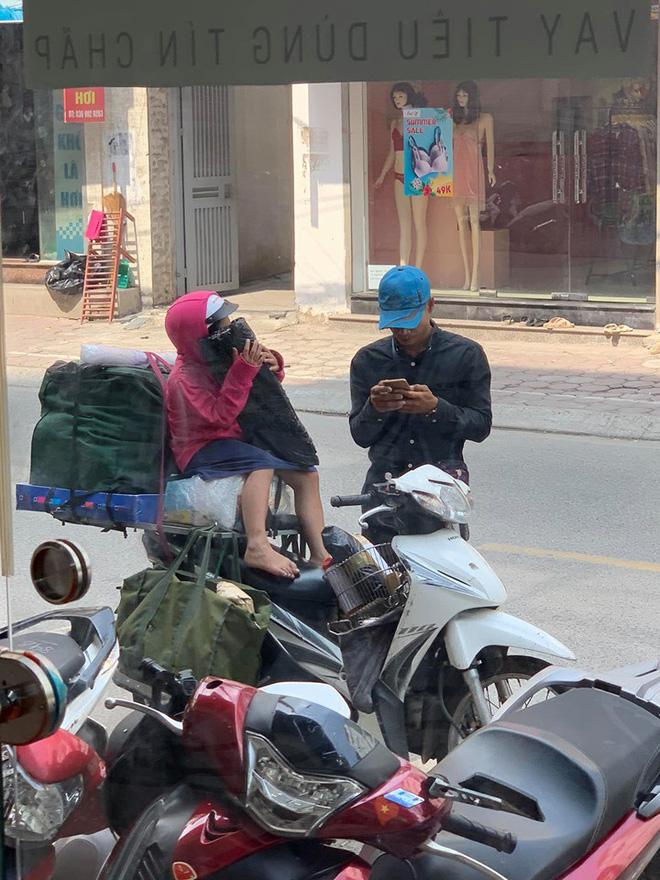 Khoảnh khắc người bố shipper và con gái nhỏ trên phố khiến người ta vội lấy điện thoại ghi lại - ảnh 3
