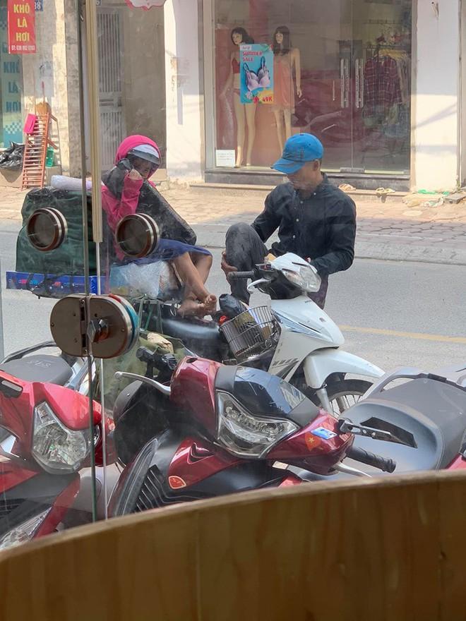 Khoảnh khắc người bố shipper và con gái nhỏ trên phố khiến người ta vội lấy điện thoại ghi lại - ảnh 1