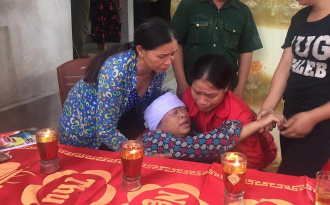 Vụ 3 nam sinh đuối nước thương tâm: Cha mẹ nấc nghẹn bên quan tài các con