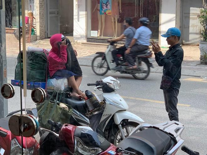 Khoảnh khắc người bố shipper và con gái nhỏ trên phố khiến người ta vội lấy điện thoại ghi lại - ảnh 2