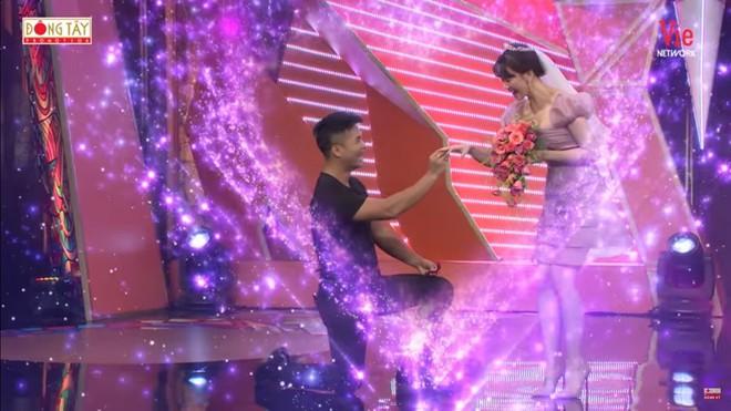 Lâm Vỹ Dạ đòi bỏ về khi tình cũ Anh Đức cầu hôn trên sóng truyền hình - Ảnh 1.