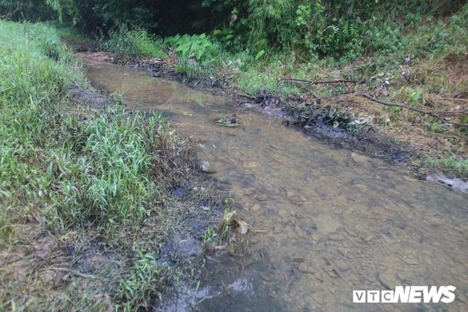 Ảnh: Cận cảnh con suối đen sì gần nhà máy nước sạch sông Đà bị đầu độc bởi dầu thải - Ảnh 1.