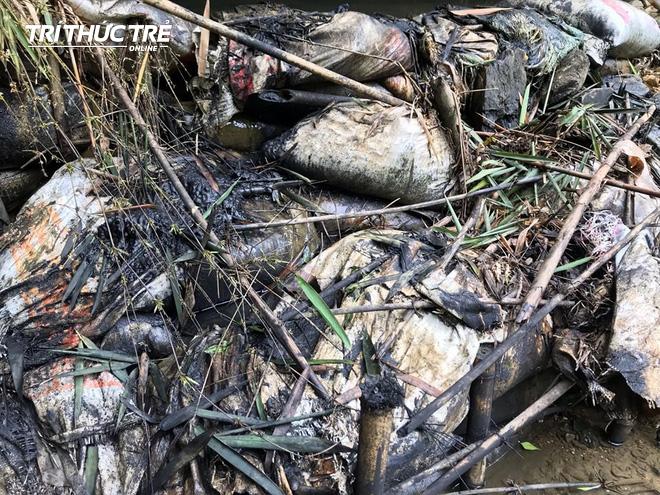 Dòng suối đầu nguồn nhà máy nước sông Đà: Dầu thải đặc quánh, đổ qua phễu to cũng không chảy được - ảnh 8