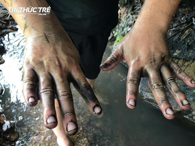 Dòng suối đầu nguồn nhà máy nước sông Đà: Dầu thải đặc quánh, đổ qua phễu to cũng không chảy được - ảnh 11