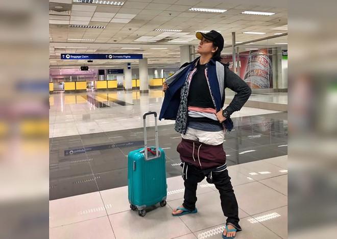 Mang hành lý quá cân, người phụ nữ nhồi nhét 2,5kg quần áo lên người - Ảnh 1.