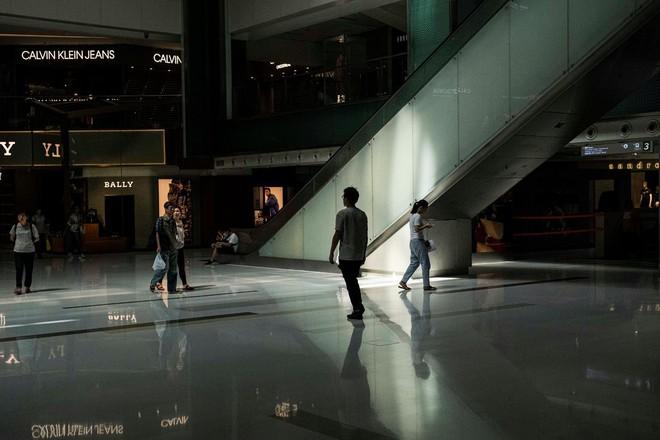 Biểu tình leo thang, kinh tế ảm đạm, người kinh doanh Hồng Kông dè dặt: Không biết có thể trụ được bao lâu! - Ảnh 1.