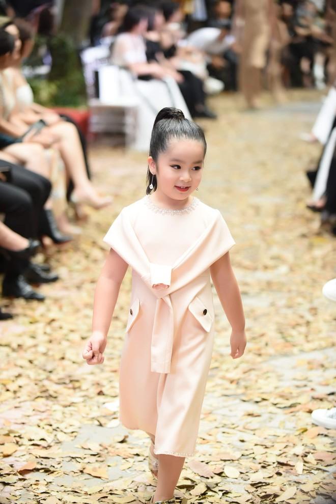 Mẫu nhí Chíp Măng, Trà My tỏa sáng tại show thời trang có Mai Phương Thúy, Tú Anh - Ảnh 10.
