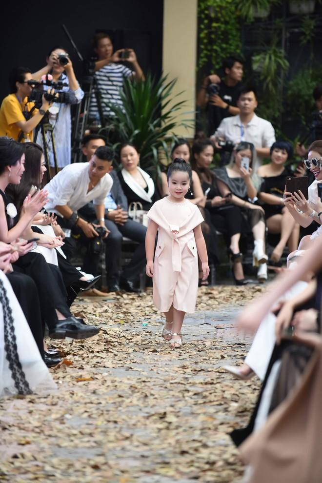 Mẫu nhí Chíp Măng, Trà My tỏa sáng tại show thời trang có Mai Phương Thúy, Tú Anh - ảnh 9