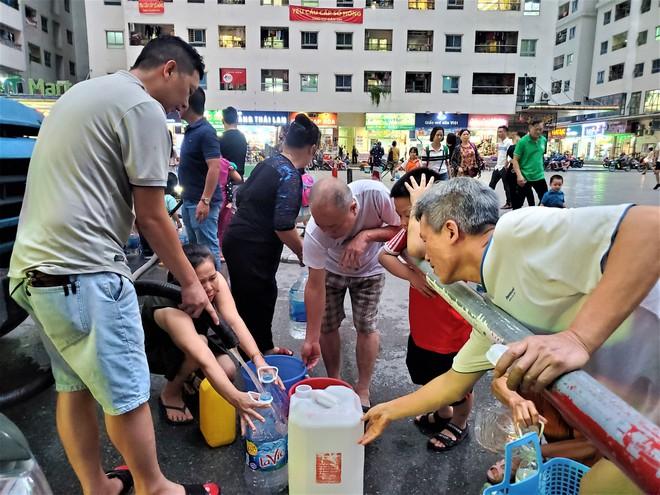 Dân chung cư chen lấn mua nước sạch sau khuyến cáo không dùng nước sông Đà để nấu ăn, uống - Ảnh 2.
