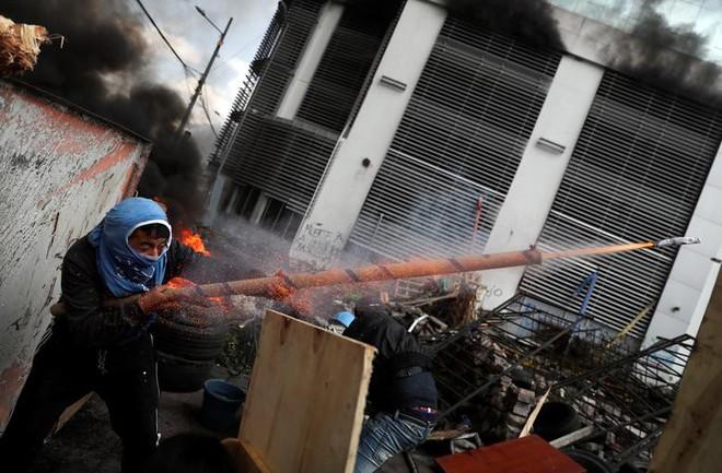 24h qua ảnh: Người dân tham gia cuộc chiến cà chua ở Indonesia - Ảnh 2.