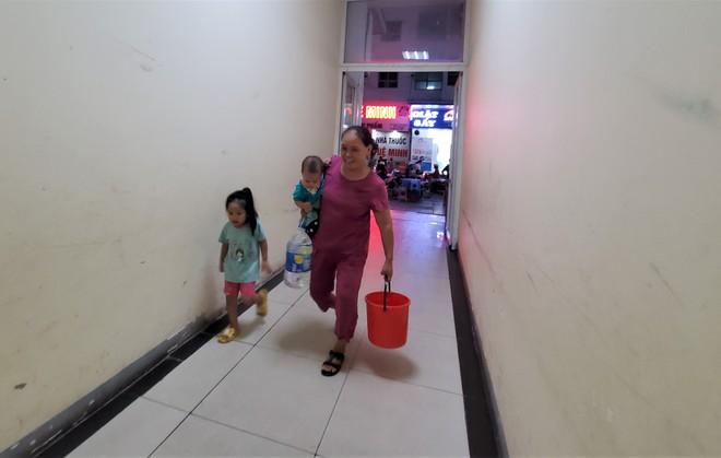 Dân chung cư chen lấn mua nước sạch sau khuyến cáo không dùng nước sông Đà để nấu ăn, uống - Ảnh 10.