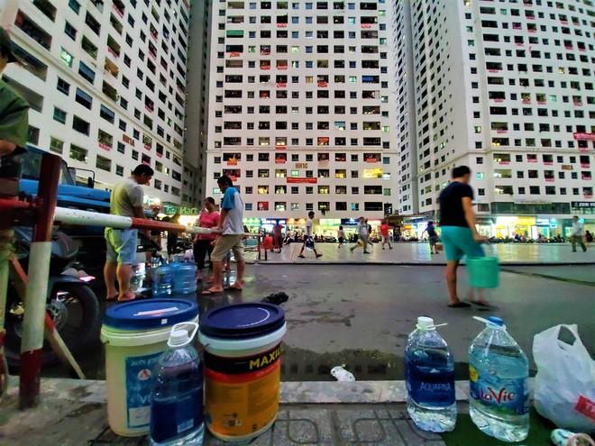 Dân chung cư chen lấn mua nước sạch sau khuyến cáo không dùng nước sông Đà để nấu ăn, uống - Ảnh 7.