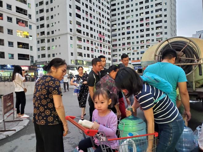 Dân chung cư chen lấn mua nước sạch sau khuyến cáo không dùng nước sông Đà để nấu ăn, uống - Ảnh 3.