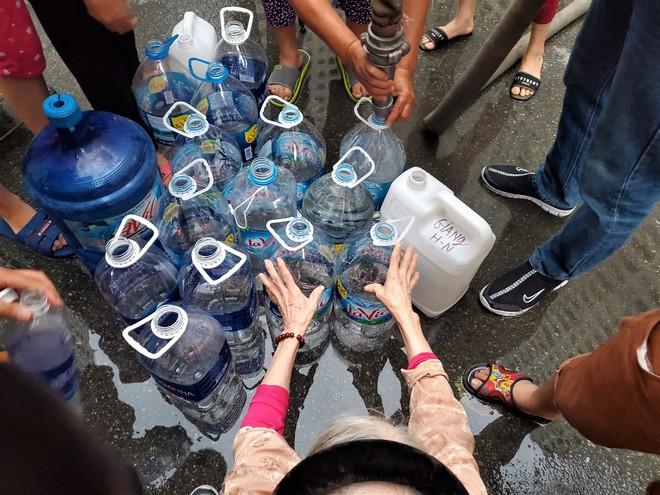 Dân chung cư chen lấn mua nước sạch sau khuyến cáo không dùng nước sông Đà để nấu ăn, uống - Ảnh 4.