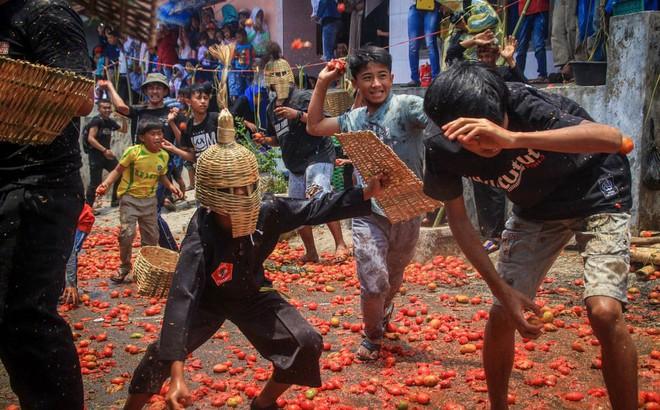 24h qua ảnh: Người dân tham gia cuộc chiến cà chua ở Indonesia