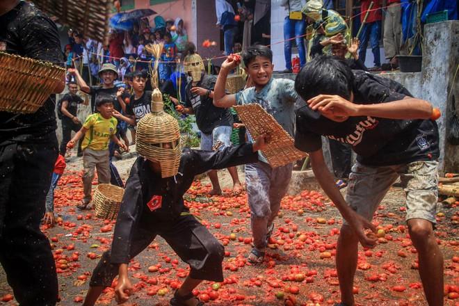 24h qua ảnh: Người dân tham gia cuộc chiến cà chua ở Indonesia - Ảnh 5.