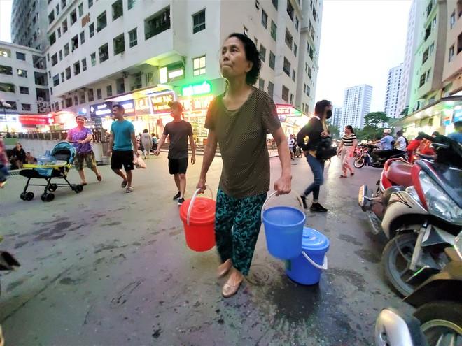 Dân chung cư chen lấn mua nước sạch sau khuyến cáo không dùng nước sông Đà để nấu ăn, uống - Ảnh 6.