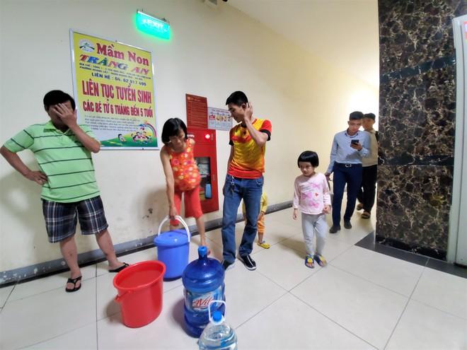 Dân chung cư chen lấn mua nước sạch sau khuyến cáo không dùng nước sông Đà để nấu ăn, uống - Ảnh 8.