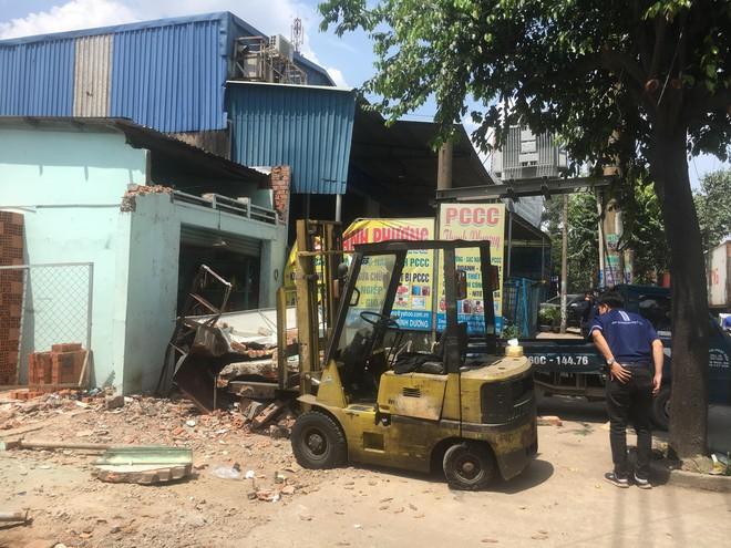 Sập công trình nhà ở đang tháo dỡ, 2 người trọng thương - Ảnh 1.