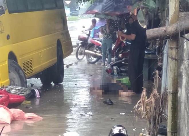 2 vợ chồng trẻ đi xe máy qua đường bị xe khách tông thương vong - Ảnh 4.