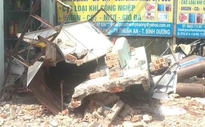 Sập công trình nhà ở đang tháo dỡ, 2 người bị đè trúng mắc kẹt phía dưới