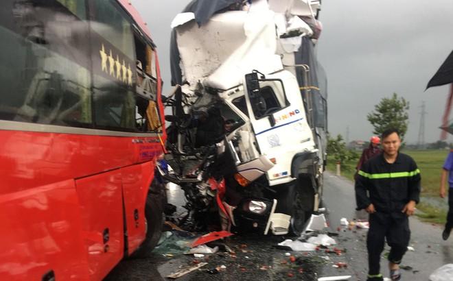 Xe tải đấu đầu xe khách khiến 1 người chết, hàng chục người bị thương