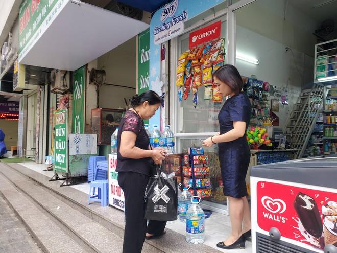Dân chung cư chen lấn mua nước sạch sau khuyến cáo không dùng nước sông Đà để nấu ăn, uống - Ảnh 11.