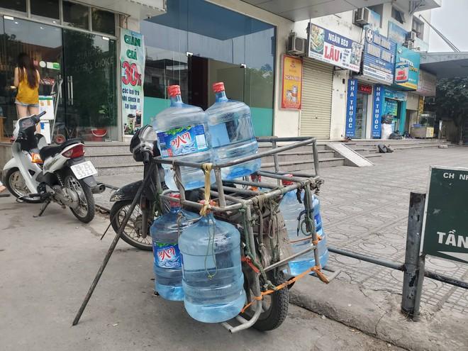 Dân chung cư chen lấn mua nước sạch sau khuyến cáo không dùng nước sông Đà để nấu ăn, uống - Ảnh 12.